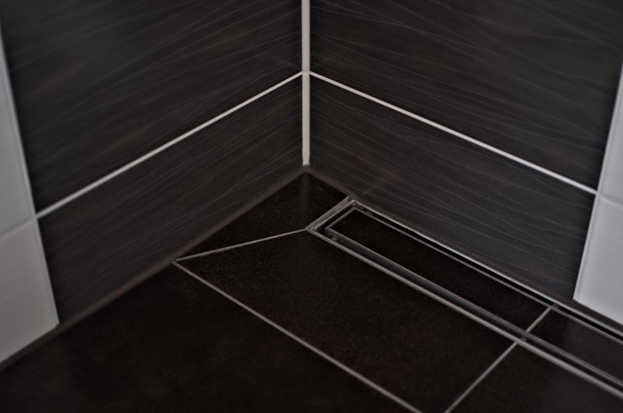 Dusche mit schwarzen Designfliesen
